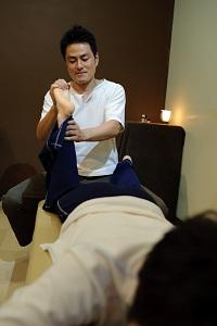 足首を回す鈴木